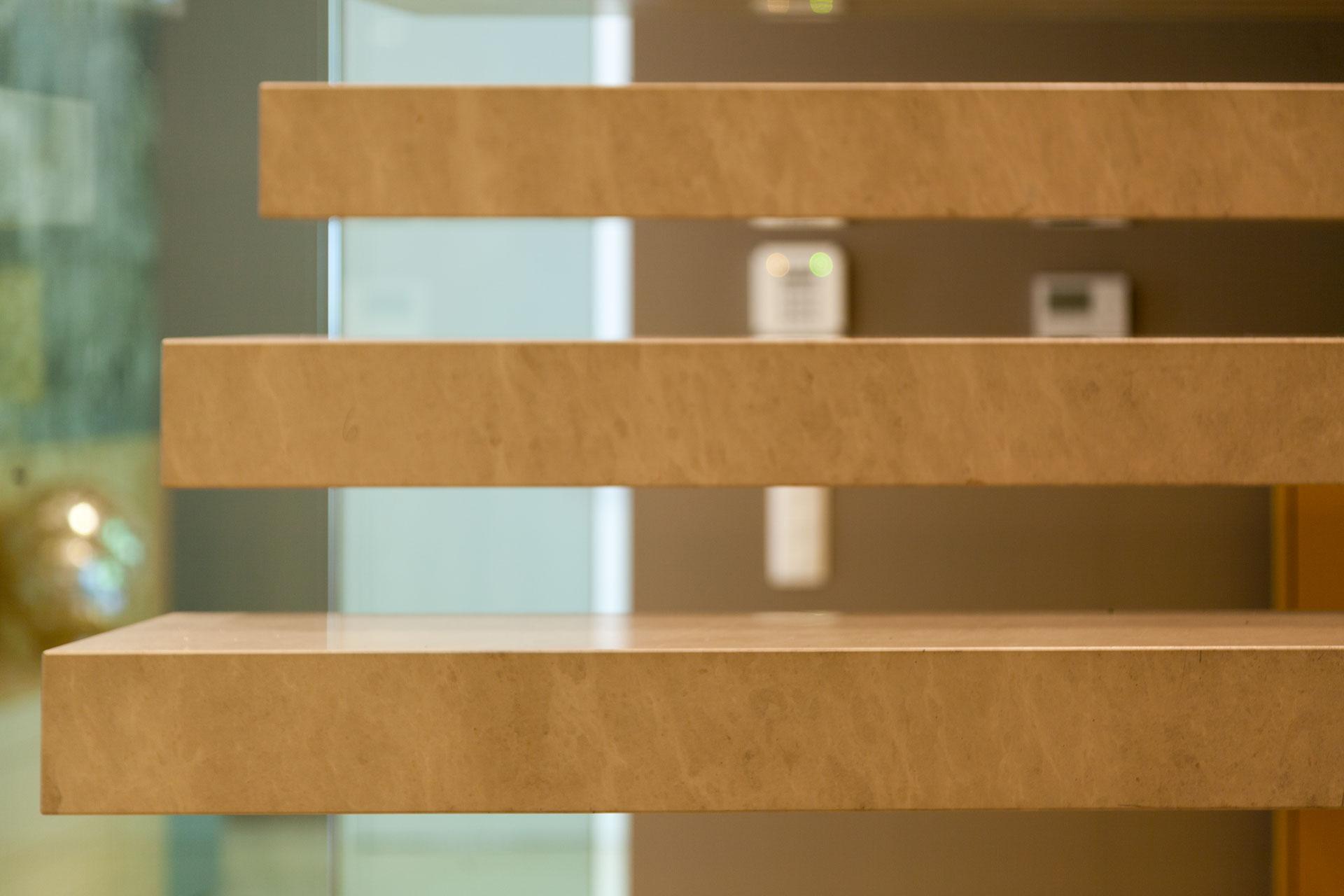 marmor_radermacher_detail_blockstufen_naturstein_limestone_presiano_innentreppe_freihängend