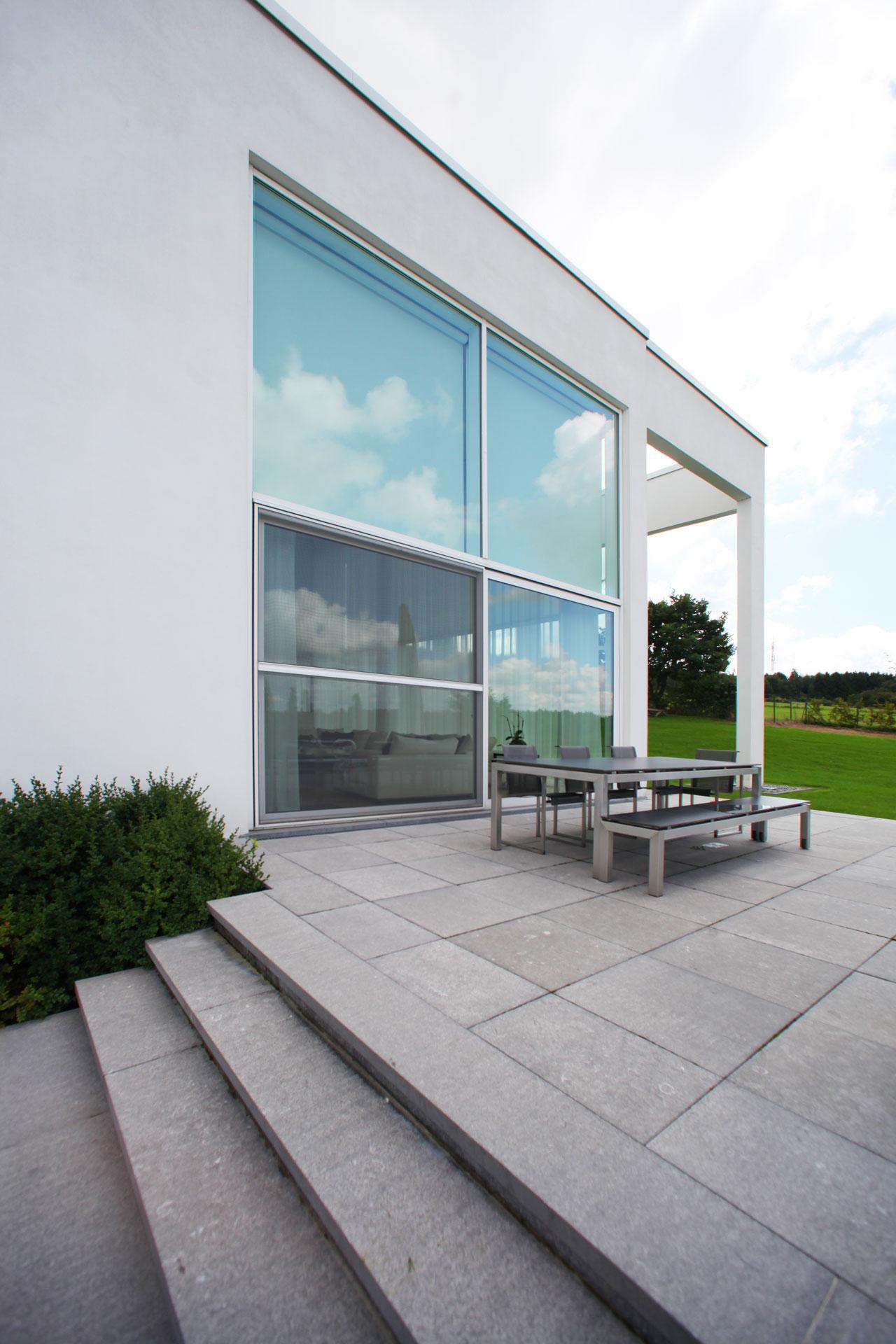 marmor_radermacher_modern_villa_naturstein_aussenanlage_design_blaustein_terrasse_aachen_koeln_duesseldorf