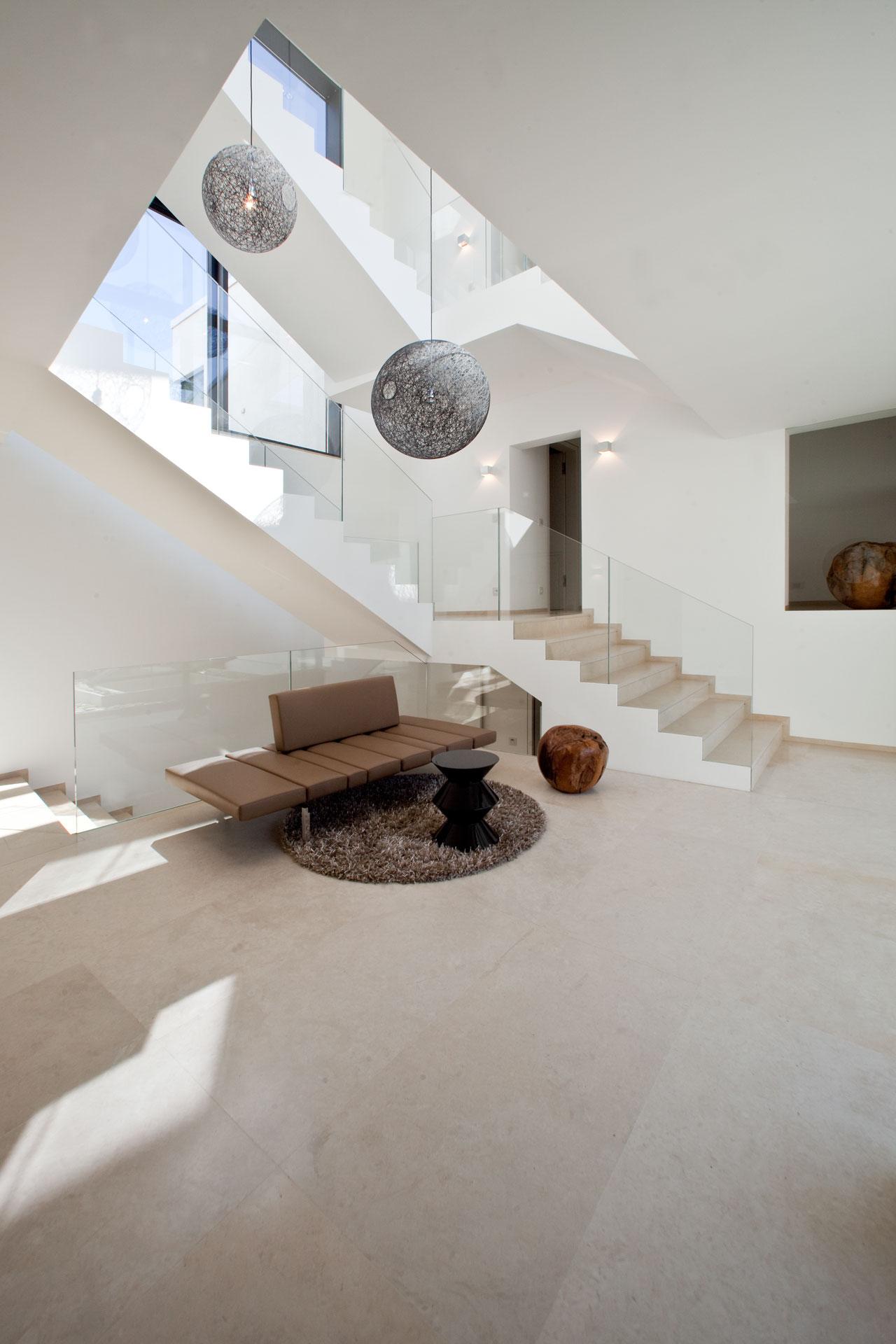 marmor_radermacher_naturstein_treppe_bodenbelage_kalkstein_thalla_beige_villa
