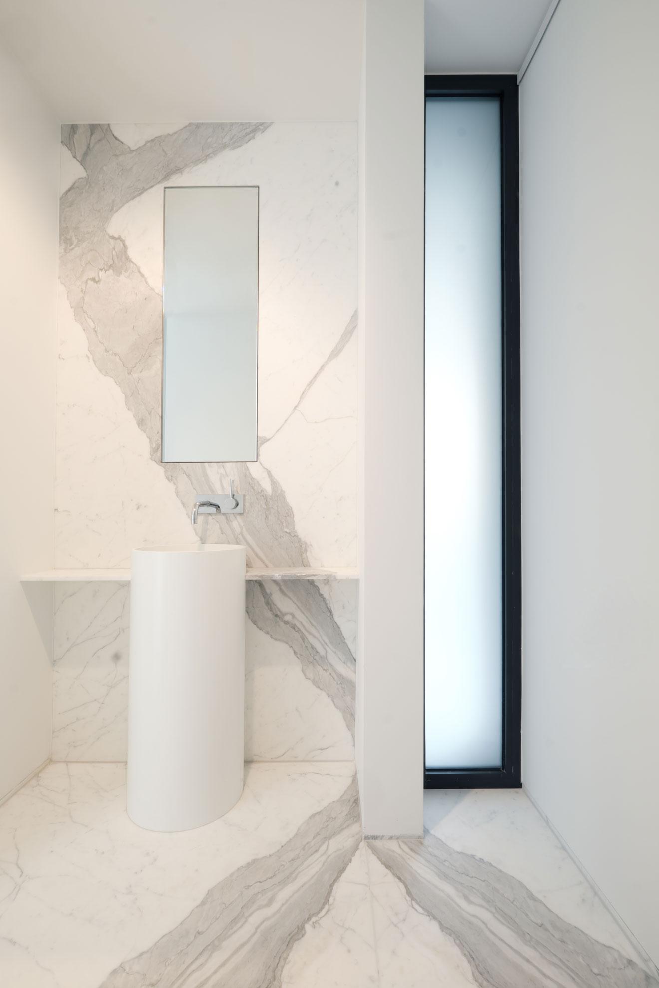 MArmor_Radermacher_Gaeste_WC_Wandverkleidung_Waschbecken_Statuario_Spiegelschnitt_Exklusives_Design